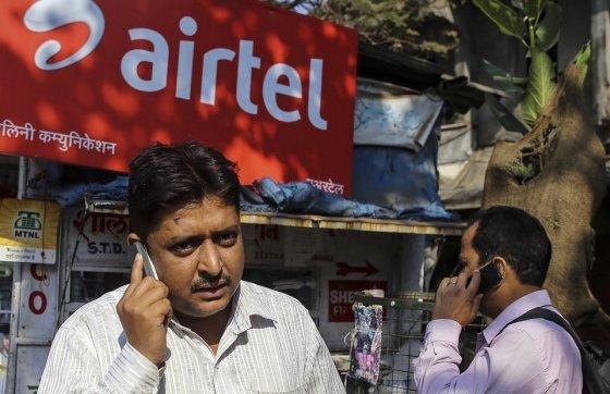 인도 뭄바이 거리에서 한 남성이 핸드폰으로 통화하고 있다/사진=블룸버그통신