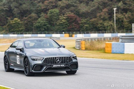 [시승기]'2.4억' 신형 AMG로 트랙을 가르다 - 머니투데이 뉴스