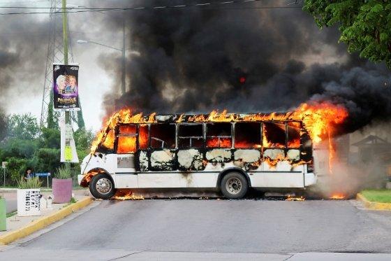 차에 불을 질러 도로를 막은 모습. /사진=로이터통신.