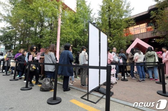 Fans wait in a long line to get into BTS' pop-up store, 'House of BTS', on the first day of its open, Oct. 18. PHOTO: News1<br />