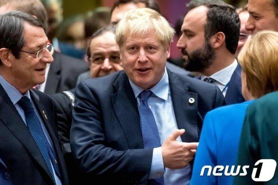 (브뤼셀 AFP=뉴스1) 우동명 기자 = 보리스 존슨 영국 총리가 17일(현지시간) 브뤼셀에서 열린 EU 정상회의 중 앙겔라 메르켈 독일 총리와 얘기를 하고 있다.   © AFP=뉴스1  <저작권자 © 뉴스1코리아, 무단전재 및 재배포 금지>