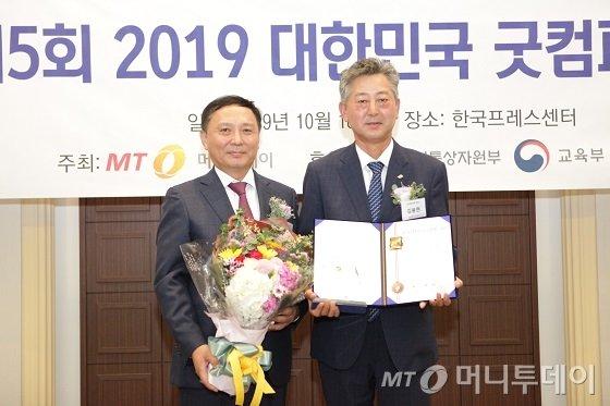 김용현 정석케미칼 대표(사진 오른쪽)가 '품질대상 3년 연속상'을 받고 윤병훈 머니투데이 전무와 기념사진을 찍고 있다/사진=중기협력팀 오지훈 기자