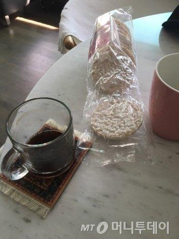 점심을 뻥튀기와 커피로 때우고, 식욕이 별로 없었다./사진=남형도 기자