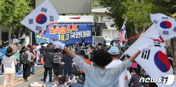 자유한국당과 보수단체 일부 시위대가 지난 3일 광화문광장 집회 이후 4일 오전까지 청와대 앞에서 밤샘 집회를 열고, 문재인 대통령 하야와 조국 법무부 장관의 퇴진을 촉구하고 있다. /뉴스1 © News1 허경 기자
