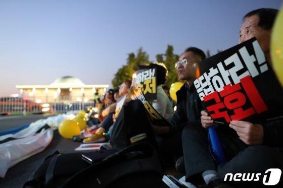 19일 오후 서울 여의도 국회 앞에서 열린 검찰개혁 10번째 촛불문화제에서 참가자들이 구호를 외치고 있다. /사진=뉴스1