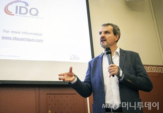 그레고아 리보디(Gregoire Ribordy) IDQ CEO가 유럽과 미국의 양자암호통신 사업 수주 성과를 설명하고 있는 모습./사진제공=SK텔레콤
