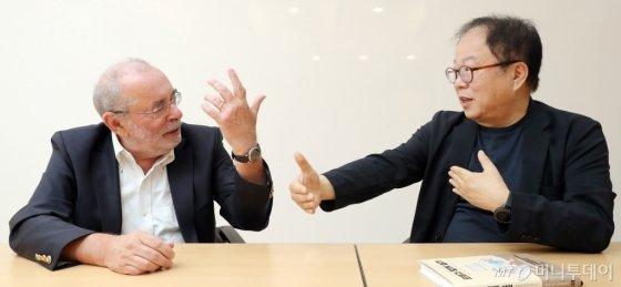 (왼쪽부터)폴 뒤무셸(리쓰메이칸대학) 교수, 오준호(KAIST) 교수가 '인간·로봇 공존시대'를 주제로 대화를 나눴다/사진=이기범 기자