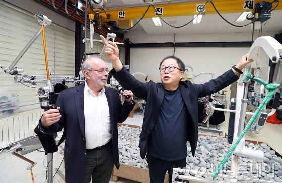 (왼쪽부터)폴 뒤무셸(리쓰메이칸대학) 교수, 오준호(KAIST) 교수가 지난 11일 대전 유성구에 위치한 휴머노이드로봇연구센터(KAIST 휴보랩)에서 '인간·로봇 공존시대'를 주제로 대화를 나눴다/사진=이기범 기자