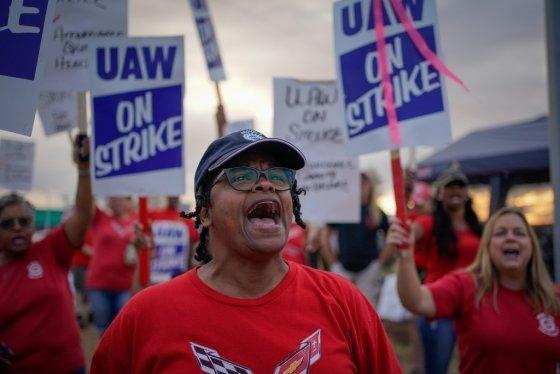지난달 20일 미 켄터키주에 위치한 GM공장에서 GM직원들이 파업에 나섰다. /사진=로이터.