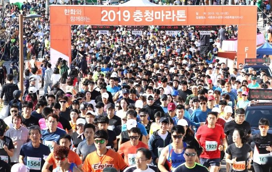 한화그룹이 후원하는 '2019 충청마라톤대회'가 19일 오전 세종시에 위치한 세종호수공원에서 열렸다./사진제공=한화