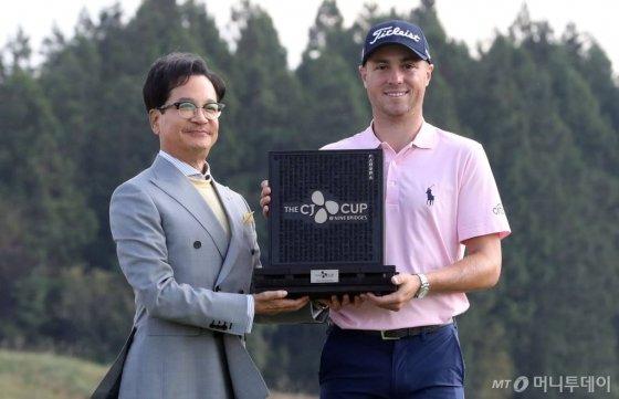 'THE CJ CUP' 초대 챔피언 저스틴 토마스(미국)가 20일 제주도 서귀포시 나인브릿지(파72·7241야드)에서 열린 PGA 투어 'THE CJ CUP'(총상금 975만 달러) 최종라운드에서 우승을 확정하고 이재현 CJ그룹 회장과 기념촬영을 하고 있다, 이날 저스틴 토마스는 버디 7개, 보기 2개를 묶어 5언더파 67타로 최종합계 20언더파로 대니 리(뉴질랜드)를 제치고 2타차 우승을 차지했다. / 사진=임성균 기자 tjdrbs23@