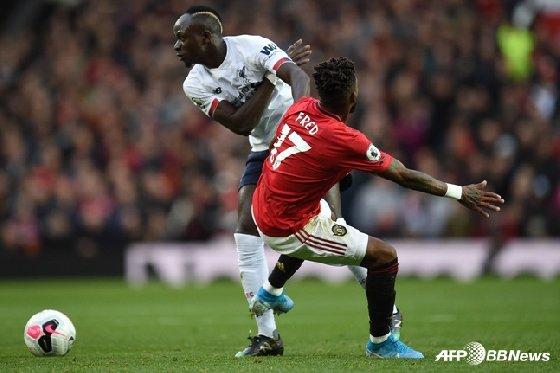 리버풀의 사디오 마네(흰색 유니폼)와 맨유의 프레드가 몸 싸움을 벌이고 있다. /사진=AFPBBNews=뉴스1