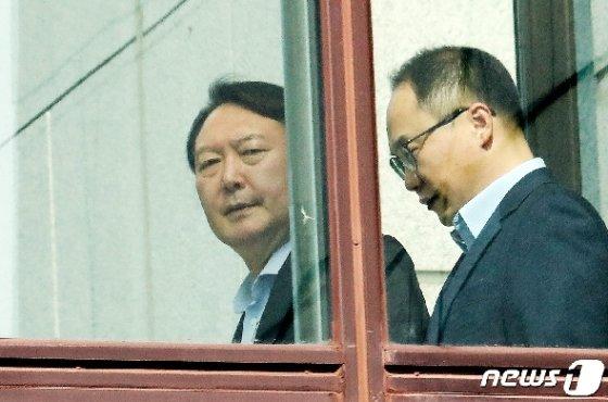 [사진] 이동하는 윤석열 검찰총장