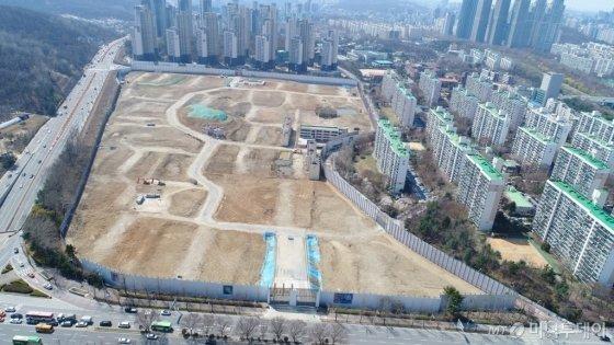 개포주공4단지 재건축 부지 전경. 부지 중간 지점에 서울시가 생활유산으로 지정한 429동, 445동 건물이 그대로 남아있다. /사진제공=개포4단지 재건축 조합