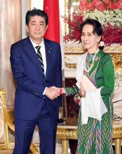 아웅산 수치 미얀마 국가자문역(오른쪽)과 만난 아베 신조 일본 총리/사진=AFP