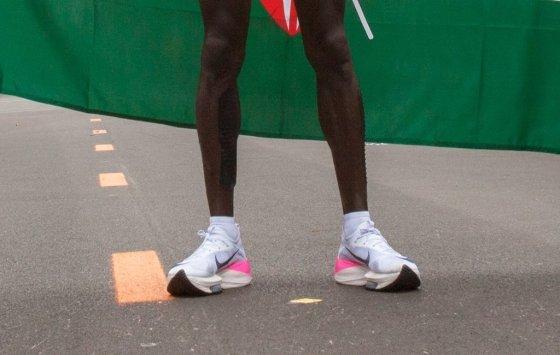 케냐 마라톤 선수 엘리우드 킵초게가 지난 12일 사상 최초로 마라톤 풀코스 2시간 벽을 깰 때 신었던 신발. /사진=AFP