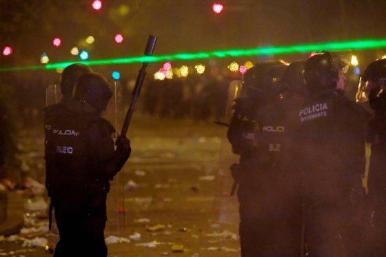 카탈루냐 시위대가 홍콩 시위를 모방해 경찰 시야를 방해하는 레이저 포인터를 사용하고 있다. /사진=AFP