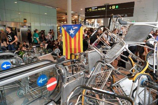 14일(현지시간) 스페인 바르셀로나 엘 프라트 공항을 카탈루냐의 분리독립을 요구하는 시위대가 점거했다. /사진=AFP