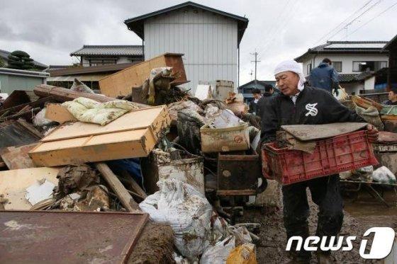 지난 15일 일본 나가노 시에서 제19호 태풍 하비기스로 피해를 입은 주민들이 파손된 가구 등을 옮기며 복구작업을 하고 있다./사진=뉴스1