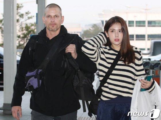 매튜 다우마, 전소미 부녀가 '정글의 법칙 in 추크' 촬영차 22일 오전 인천국제공항을 통해 출국하고 있다. /사진=뉴스1
