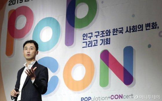 김명구 롯데백화점 디지털사업부문장이 22일 서울 종로구 포시즌스 호텔에서 열린 머니투데이 주최 '인구이야기 PopCon'에서 '기업의 미래-인구구조 변화에 따른 오프라인 백화점의 신 유통전략'에 대해 발표하고 있다. /사진=머니투데이