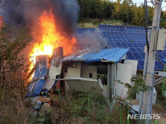 경남 하동군 진교면 태양광발전설비 ESS(대용량 에너지저장장치)에서 21일 오후 4시 14분경 화재가 발생했다./사진=하동소방서 제공, 뉴시스