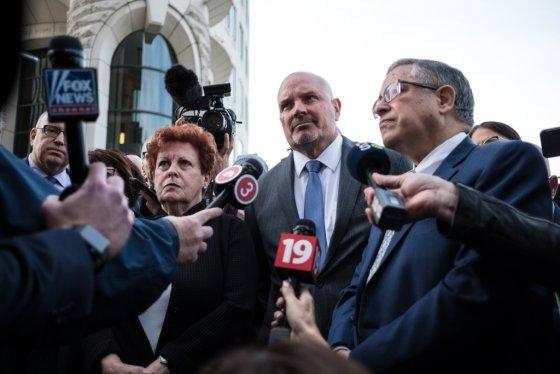 일린 샤피로 서밋 카운티 의장, 마이클 오말리 쿠야호가 카운티 검사, 아몬드 부디쉬 쿠야호가 카운티 행정관이 오하이오 주 클리블랜드에서 열린 오피오이드 합의 후 언론에 브리핑을 하고 있다. /사진=AFP