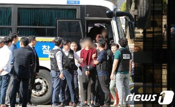 주한 미국대사관저에 기습 침입한 혐의 등으로 체포된 한국대학생진보연합 회원들이 구속 전 피의자 심문(영장실질심사)을 받기 위해 21일 서울중앙지방법원에 출석하고 있다. 2019.10.21/뉴스1 © News1 허경 기자