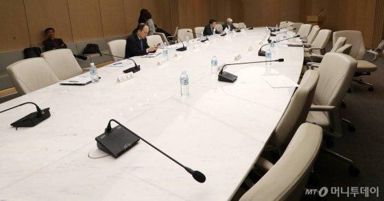 22일 오전 서울 중구 대한상공회의소에서 열린 '민관합동 농업계 간담회'에 참석한 농업인 단체 회장들이 간담회 공개 요청이 받아들여지지 않자 자리를 비워 회의가 중단돼 재개를 기다리고 있다./사진=김휘선 기자