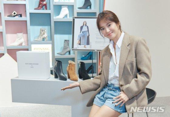 배우 송혜교가 여성 신발 브랜드 슈콤마보니의 첫 사회공헌 활동에 참여했다./사진=뉴시스
