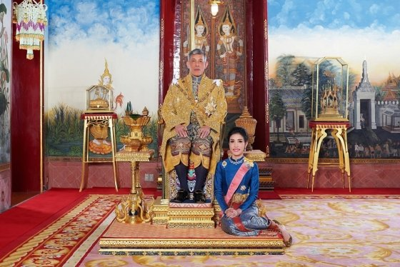 태국왕실이 공개한 마하 와치랄롱꼰 태국 국왕(왼쪽)과 후궁격인 시니낫 웡와치라파크디의 사진. /사진=로이터.