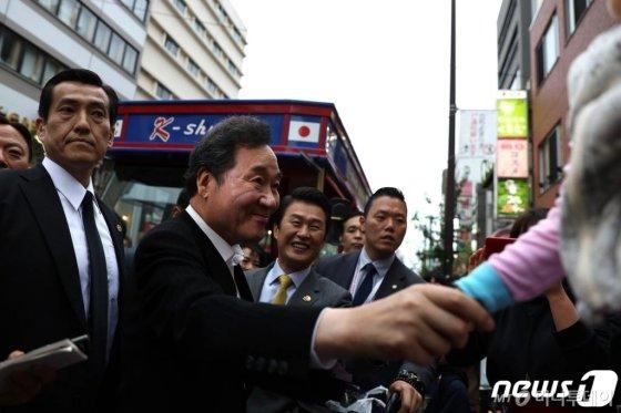 (도쿄=뉴스1) 유승관 기자 = 일본을 방문중인 이낙연 국무총리가 22일 일본 도쿄 신주쿠 신오쿠보역 인근 한인타운을 찾아 교민 및 일본 시민들과 인사하고 있다.   신오쿠보 한인타운은 일본내 대표적인 한인타운으로, 한국 프랜차이즈 음식점과 K팝스타 관련 상점, 한국 길거리음식 판매점 등이 밀집해 있다. 2019.10.22/뉴스1  <저작권자 © 뉴스1코리아, 무단전재 및 재배포 금지>
