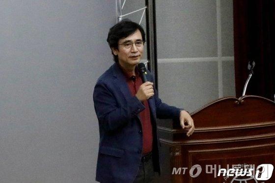 """홍준표 """"TK후배""""… 유시민 """"나이로 눌러보려고?"""""""