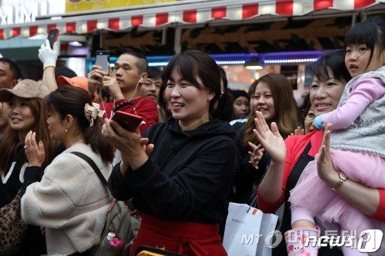 (도쿄=뉴스1) 유승관 기자 = 교민들이 22일 일본 도쿄 신주쿠 신오쿠보역 인근 한인타운을 찾은 이낙연 국무총리를 향해 박수치고 있다.   신오쿠보 한인타운은 일본내 대표적인 한인타운으로, 한국 프랜차이즈 음식점과 K팝스타 관련 상점, 한국 길거리음식 판매점 등이 밀집해 있다. 2019.10.22/뉴스1  <저작권자 ⓒ 뉴스1코리아, 무단전재 및 재배포 금지>