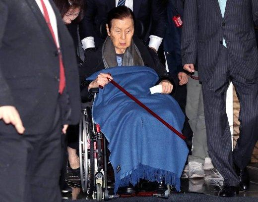 신격호 롯데그룹 명예회장이 지난해 10월5일 오후 서초동 서울중앙지법에서 열리는 항소심 선고공판에 출석하기 위해 법정으로 향하고 있다. / 사진=홍봉진 기자 honggga@