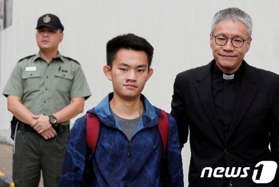 반송환법 시위를 촉발한 살인 용의자 찬퉁카이가 23일 교도서에서 석방되고 있다. © 로이터=뉴스1 © News1 박형기 기자