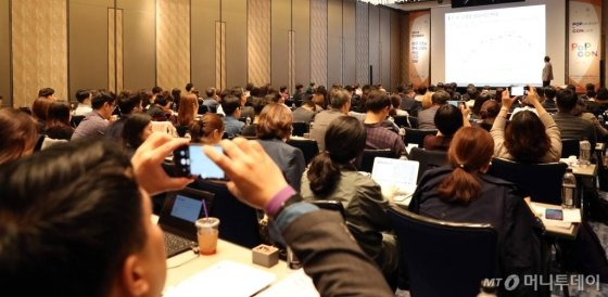 김대익 하나금융경영연구소 박사가 22일 서울 종로구 포시즌스 호텔에서 열린 머니투데이 주최 '2019 인구이야기 팝콘(PopCon)'에서 '인구와 금융의 미래'에 대해 주제발표를 하고 있다. / 사진=이기범 기자 leekb@