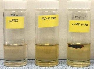 160 ℃에서 85 중량 % 인산 용액에 가열된 고분자막. 맨오른쪽이 이번 개발된 고분자막으로, 용해되지 않았다/사진=KIST
