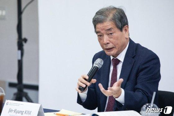 김진경 국가교육회의 의장이 23일 고양시 킨텍스에서 열린 '한-OECD 국제교육콘퍼런스' 개막  기자회견에서 기자들의 질문에 답하고 있다. (국가교육회의 제공)© 뉴스1