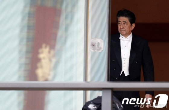 (도쿄 AFP=뉴스1) 우동명 기자 = 아베 신조 일본 총리가 22일 (현지시간) 도쿄 고쿄의 규덴에서 열린 나루히토 일왕의 즉위식에 참석한 뒤 떠나고 있다.   © AFP=뉴스1  <저작권자 © 뉴스1코리아, 무단전재 및 재배포 금지>