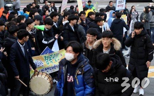 2019학년도 대학수학능력시험이 치러진 15일 오전 서울 종로구 동성고등학교에서 수험생들이 후배들의 응원을 받고 있다. / 사진=홍봉진 기자 honggga@