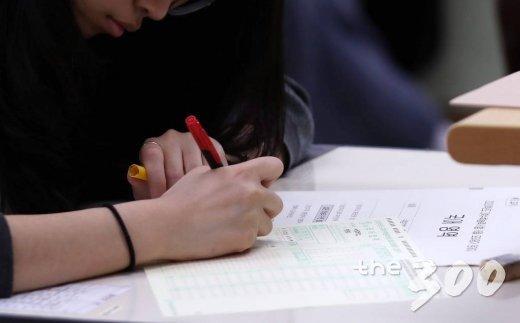 2020년 대학수학능력시험 대비 6월 모의평가가 치뤄진 4일 오전 서울 서초구 서초고등학교에서 학생들이 모의평가 시험지를 받고 인적사항을 작성하고 있다. / 사진=김휘선 기자 hwijpg@