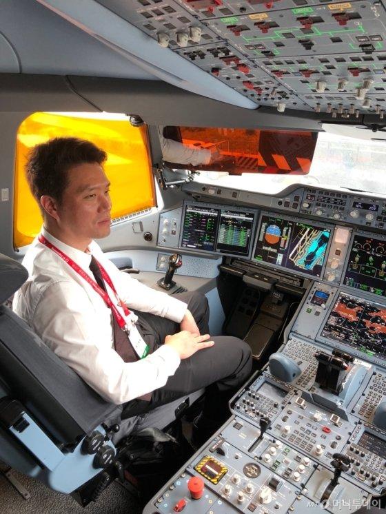 최용덕 에어로케이항공 상무가 '2018 싱가포르 에어쇼'에 전시된 에어버스사의 신형 항공기 A350의 조종석에 앉아 내부를 살펴보고 있다./사진제공=에어로케이항공