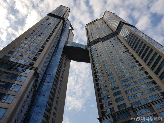 신도림동 디큐브시티 건물 전경. 타워 브릿지로 연결된 30층에는 피트니스센터 등 커뮤니티시설이 마련돼 있다. /사진=유엄식 기자