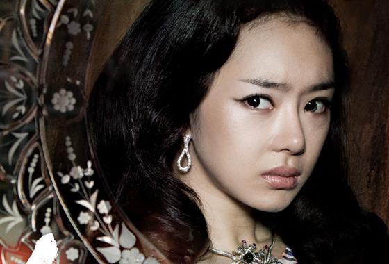 왼쪽 눈에 '렌즈 훌라 현상'이 생긴 배우 서우/사진=영화 '하녀' 포스터