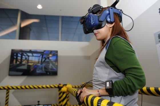 삼성엔지니어링 직원이 VR을 통한 안전체험을 하고 있다. /사진제공=삼성엔지니어링