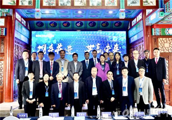 한국과 중국 기술진이 공동 개발하고 한국 의료기기 업체 {씨유메디칼}에서 부품을 공급받아 만든 수술용 의료로봇의 시연회가 중국에서 성공리에 종료됐다. 28일 씨유메디칼에 따르면 중국 커즈싱로봇유한공사(이하 커즈싱로봇)가 주최한 '제1회 커즈싱 수술로봇 국제 학술포럼'이 중국 베이징 현지에서 최근 개최됐다. 이번 시연회에서는 커즈싱로봇이 세계 최초로 개발한 '베드 타입 모듈형 수술로봇'인 '이지아폴론'이 첫 선을 보였다. 씨유메디칼은 자회사를 통해 이 중국업체에 10년간 20%의 부품을 공급하기로 계약을 맺은 바 있다. / 사진제공=씨유메디칼