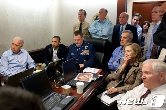 2011년 알카에다 수장 오사마 빈 라덴 제거작전을 지켜보는 버락 오바마 전 대통령과 참모진들의 모습. © AFP=뉴스1