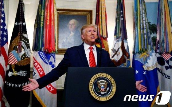 도널드 트럼프 미국 대통령이 27일(현지시간) 백악관에서 기자회견을 열어 수니파 극단주의 무장단체 '이슬람국가'(IS) 수장 아부 바크르 알 바그다디가 미군의 작전 수행과정에서 사망했다고 밝히고 있다. © 로이터=뉴스1