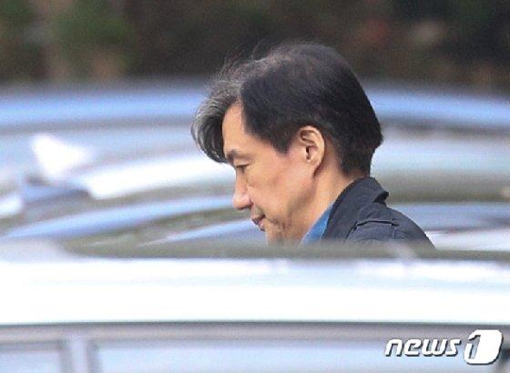 조국 전 법무부 장관이 28일 오후 서울 서초구 자택을 나서고 있다. 2019.10.28/뉴스1 © News1 신웅수 기자